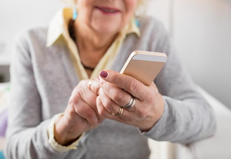 Klepetalnik za starejše priložnost za komuniciranje mobilni telefoni