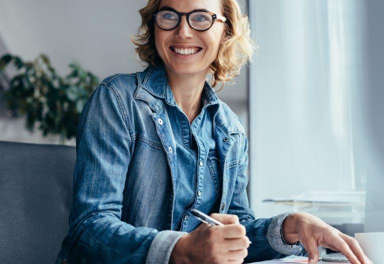 Priložnost snovanje novih načrtov poslovna ženska nasmeh pisarna delo